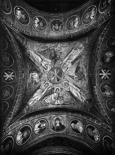 Ангелы, символы евангелистов и медальоны с полуфигурами Христа и святых