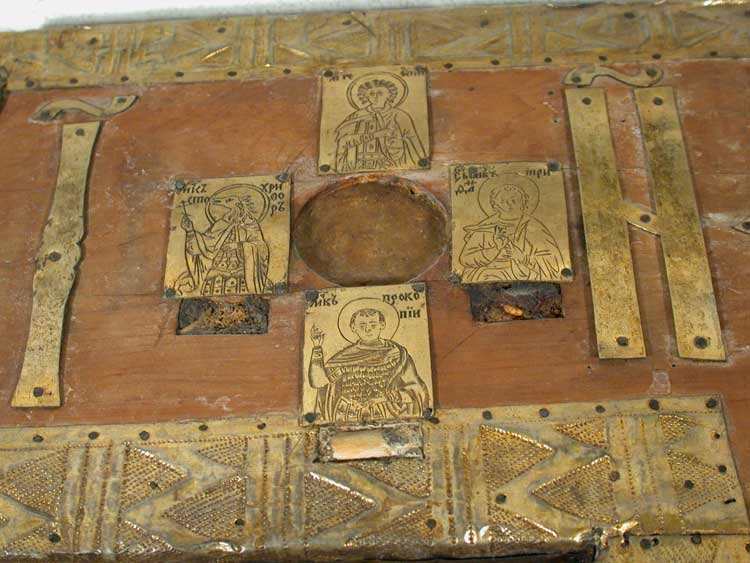 Буквы IN и 4 пластины с изображением воинов-мучеников