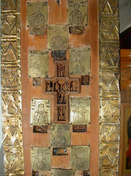 Врезной афонский крест с изображением трех праздников и 10 пластин с изображениями мучеников и преподобных