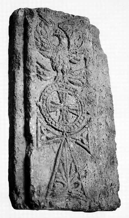 Капитель, украшенная рельефными изображениями крестов