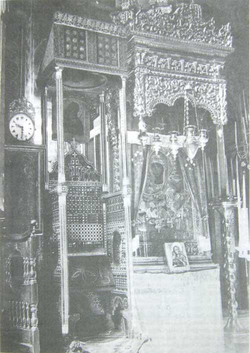 Gottesmutterikone Tricheirousa im Kloster Hilandar auf dem Athos (mit dem Oklad von ca. 1904–1905)Links der reich mit Intarsien verzierte Absstuhl von 1635
