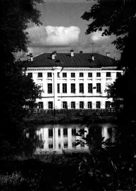 Главный дом усадьбы Тишининых в селе Тихвино-НикольскоеФотография 1950г.