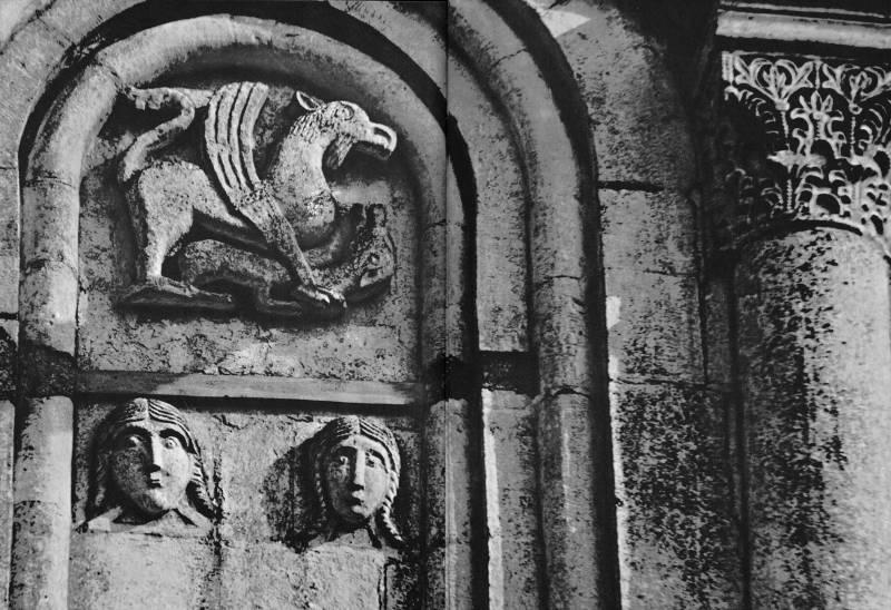 Церковь Покрова на Нерли. Северный фасад. Рельефы в замковой части восточного прясла. Грифон, когтящий лань; девичьи маски