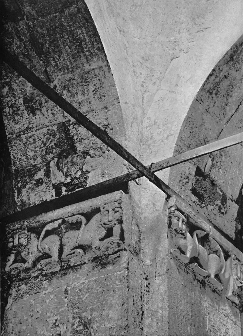 Церковь Покрова на Нерли. Интерьер. Юго-западный столп. Рельефы с изображением львов в пятах арок