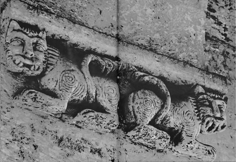 Церковь Покрова на Нерли. Интерьер. Львы в основании подпружной арки