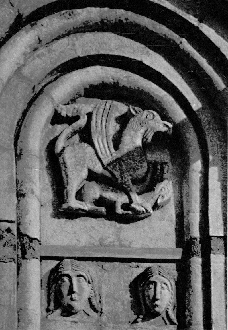 Церковь Покрова на Нерли. Грифон, когтящий лань. Девичьи маски. Фрагмент декора северного фасада