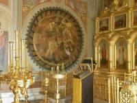 Изразцовый рельеф «Чудо Георгия о змие» в интерьере Успенского собора в Дмитрове